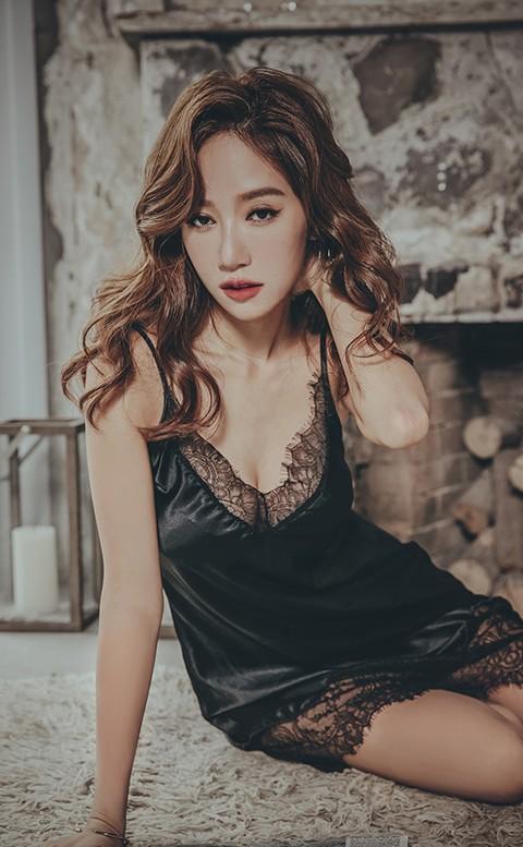 星辰倒數 優雅緞面蕾絲連身睡衣 FREE anSubRosa - 黑色