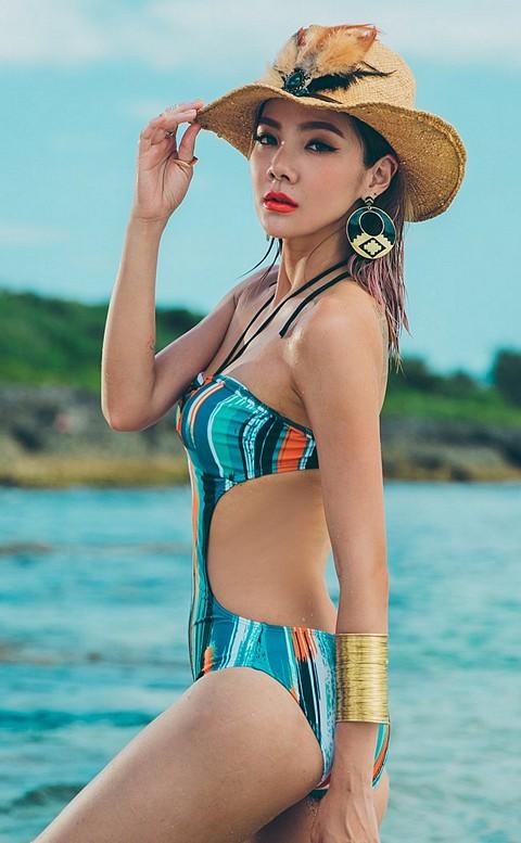 絢麗出遊 潑墨盛夏挖腰連身泳衣 M-2XL AINIA - 彩虹條紋