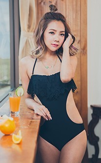 一見傾心 蕾絲個性挖腰連身泳衣 M-L AINIA - 黑色