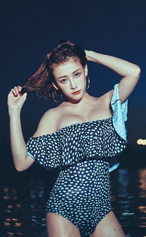 波光瀲灩 平口荷葉邊連身泳衣 S-XL AINIA - 黑色
